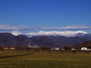 牧場と日高山脈